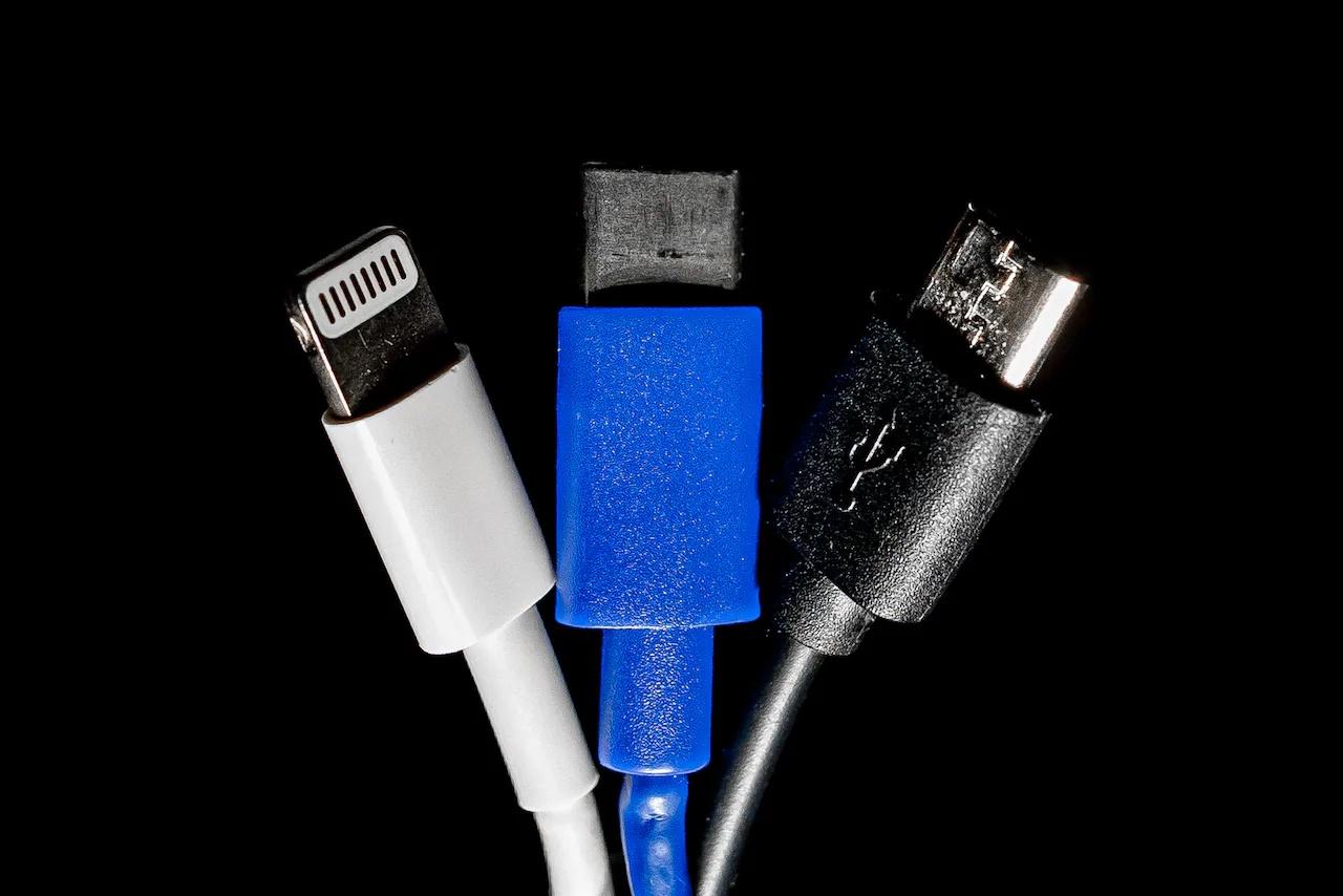 Szabad az út az egységesített mobiltöltők irányába, az Apple aggódik